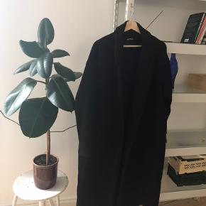 Lang sort frakke - ikke vildt varm, men kan godt gå en mild vinterdag!