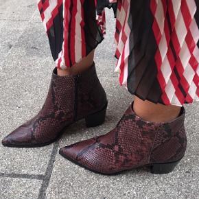 Læderstøvler med snakeskin prægning. Brugt indenfor, er som helt nye. Nypris 2100 kr, i butikkerne nu, sælges til 850 kr, da jeg ikke passer dem.