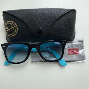 Aldrig brugte Originale Wayfarer solbriller i to farver, sort og blå. Super fede. Kan bruges af både kvinder og mænd.