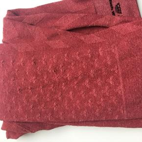 Stadig pæne og ikke brugt meget , men den har en tråd som er løbet foran på bukserne (se billede 3 ) - kan dog ikke ses hvis man har en trøje ud over 😊