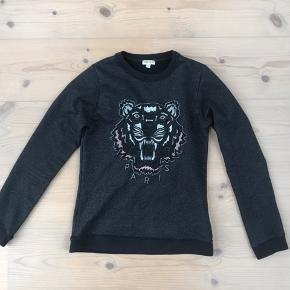 Jeg sælger denne fede kenzo sweatshirt. Den er sort med lidt glimmer i, og flotte farver i tigeren. I kan bare byde:)