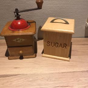 Rigtig fin antik kaffekværn. Kan stadig male kaffe. En ny sukkerskål i samme design med i købet.