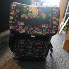 Flot lilla lego friends skole taske  med tilhørende idræts taske til brugt i o. Klasse. Dog med navn og et lille tegnet hjerte iDer følger gymnastik taske med.