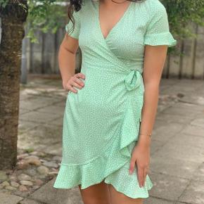 Den udsolgte henna kjole fra Vero Moda sælges. Str. L - passes også af M.  Jeg sender gerne - 38 kr. med dao :-)
