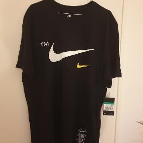 Sprit ny Nike t-shirt med super fede detaljer på. T-shirten har bare lagt i skabet siden køb og bliver ikke brugt. - Der er stadig prismærke på t-shirten.  Skriv for mere info
