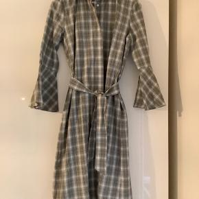 Smuk ternet kjole i fantastisk kvalitet med fine ærmer lommer samt tilhørende bælte. Ubrugt med mærke. Så smuk, både med støvler og til sommer.