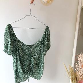 Jeg troede, at jeg kunne finde ud af at style denne fine trøje. Det viste det sig så, at jeg ikke kunne... Måske kan du?   Kan passes af alt fra str 40-46 afhængigt af det ønskede fit (Jeg er nok ca en str 40-42 og 186 cm høj)