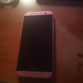 HTC One - M8 - Brugt i små 2 år og virker perfekt. Det er stort set ingen ridser i :)