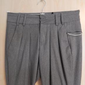 Pieszak bukser 36, men stor i str derfor anført som 38, grå med læg, løs højtaljet model, nye uden etiket. Liv 84 cm, indv skridtlgd 72