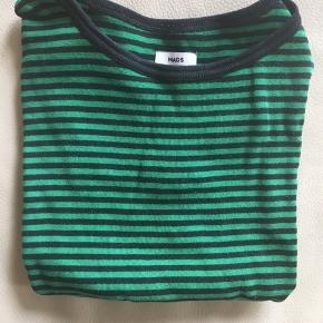 Lækker T-shirt i de kendte striber. Mørkeblå og grøn.  Lækker kvalitet. Vasket max 5 gange.  Str 10 år Nypris: 250