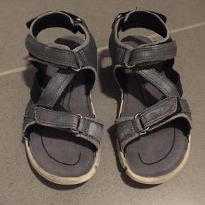 Varetype: Sandaler Farve: Grå Oprindelig købspris: 500 kr.  Kan sagtens bruges en sæson eller 2 endnu