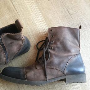 Lækre brune støvler til vinterbrug. Støvlerne er gode til at holde på varmen, og så er de dejligt slidstærke.   Skoene befinder sig i Aarhus, men jeg kommer ofte til Holstebro, hvor jeg kan tage dem med, hvis det passer dig bedre. Jeg kan også sende dem med posten til dig.