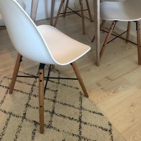 4 stk. Jila spisebordsstole fra ILVA, normalpris 1.999kr. Brugte, men indeholder ikke tegn på slid.