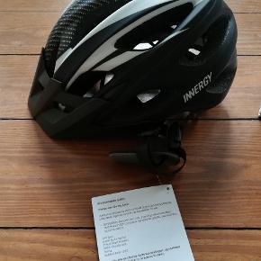 NY cykelhjelm fra Innergy. Vundet i konkurrence. Aldrig brugt. Str. M 53-58CM. Varen 130800 Beskrivelse INNERGY Tourmalet Cykelhjelm er en In-Mold hjelm med stødabsorberende EPS materiale.  all-around hjelm, men som udgangspunkt henvendt til MTB rytteren. 18 luftkanaler i hjelmen giver en god ventilation og har aftagelige hjelm skygge.   Hjelmen har justeringssystem i nakken med integreret LED lys, som giver optimale pasform og ekstra synlighed. den har en magnet lukning og justerbare sidespænder for en nemmere justerbar pasform. Polstringen i hjelmen kan tages af og vaskes.