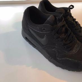 """👀STOP HER - IKKE SCROLL VIDERE -  KIG HER👀🗣 DANMARKS BILLIGSTE PAR AIR MAX‼️ ☀️   """"Nike Air Max 1 Essential Triple Black""""  Et par lækre, enkle og flotte sneakers i sort, til en rigtig skarp pris👟🕶 De er kun brugt et par gange, men sælges stadigvæk rigtigt billigt- så du må endelig ikke holde dig tilbage! 📩"""