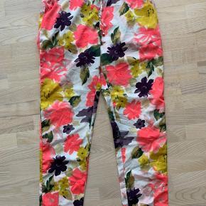 Sommerbukser fra Vero Moda i str. XL. Elastik og bindebånd i taljen og lommer foran. Brugt få gange.