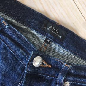 Jeans fra Parisiske A.P.C. i modellen Petit New Standard, som er en Slim model. Jeansene sidder derfor til.   Størrelse 30 (længde svarende til 32)  Har den karakteristiske selvedge kant.  100 % denim. Vasket en enkelt gang.