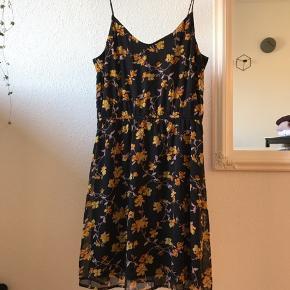 100 kroner for 3 kjoler. Sælger da jeg ikke får dem brugt