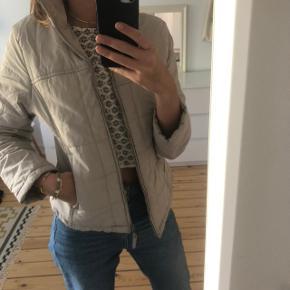 Cool vintage jakke fra Berlin. Den er ikke vinter-jakke selvom den ser sådan ud. Har gået med den som overgangsjakke :)