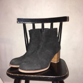 Højhælede støvler i ruskind, brugt, men ikke ødelagt på nogen måde.