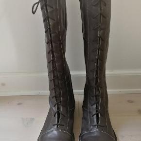 Super flot Gidigio støvle i mørkebrunt skind. Størrelse 36  Aldrig brugt. Nypris kr 2.400,-  Skafthøjde: 38 cm  Skaftvidde: 36 cm  Hælhøjde 2 cm  Foret med lækkert blødt skind.  Fortrækker betaling  via Mobilpay. Kan sendes mod, at modtager betaler forsendelsesomkostninger.