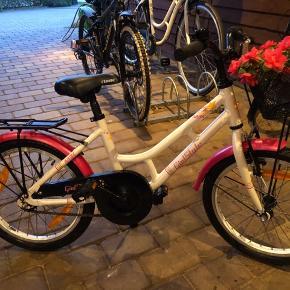 """18"""" pigecykel fra MBK. Min datter har nærmest ikke cyklet på den og den er derfor i meget flot stand. Kan afhentes i Sønderris."""