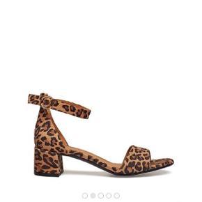 Billi bi leopard sandal Str. 38 (normal i str.) med lille hæl 4,5 cm, perfekt til hverdag. Aldrig brugt, stadig i æsken - ny pris 1100 kr. Bytter ikke.