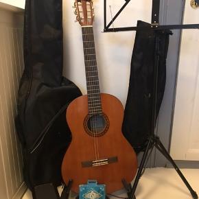 Min datter håber at musikken kan få nye lyde og hun kan få penge på  kontoen. Et godt begynder sæt som stort set ikke er brugt. Den lille lomme forreste i guitartasken, der er lynlåsen hoppet af.  Keyboard fungere fint.  Seriøse bud modtages gerne.
