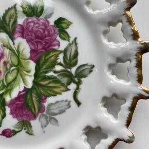 Rigtig flot gammel tallerken / platte med fint malede blomster. Retro / vintage look. Der er ingen skår i :-)  Se resten af min shop for mængderabat.