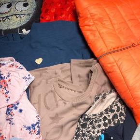 Str. 8-9 (134)  4 H&M kjoler 1 Petit t-shirt 1 Name-It bluse m. flæser 1 PompDeLux t-shirt 2 PompDeLux shorts 1 Cost:bart shorts 2 Milk Copenhagen buksedragter, korte ben og uden ærmer 1 Color Kids forårs dynejakke 3 toppe uden ærmer 2 nederdele 1 buksedragt, lange ben og korte ærmer  1 H&M fleece trøje med palietter 2 H&M cardigan (god men brugte)  Ellers står tøjet som særdeles god stand, noget aldrig brugt og noget lettere brugt.   Se også mine andre annoncer med børnetøj.