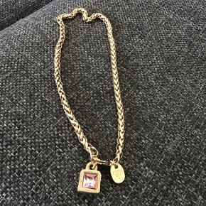 Flot gammel halskæde med et vedhæng hvor der er en lyserød  Sten i . Kæden måler 43 cm
