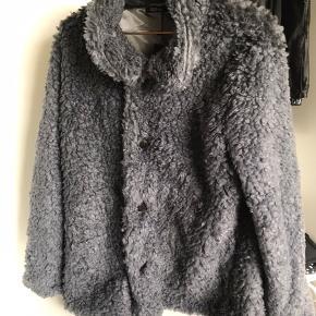 Helt ny plys-jakke fra boohoo. Nypris 350,- str. M (dog står der str. 40 i). Sælges da den er for stor. Byd gerne