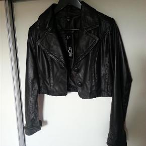 Varetype: Skindjakke/læderjakke *NY* Farve: Sort Oprindelig købspris: 1800 kr.   Helt ny jakke i lækkert, blødt skind. Aldrig brugt og stadig med tags.  Oprindelig pris var 1800 kr, har dog selv købt den på udsalg til 700 kr. Sendes med Dao.
