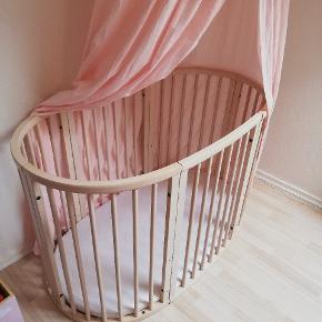 Flot stand stokke seng. Kan bruges fra nyfødt til 10 års alderen. Få skrammer. Virkelig god seng i god kvalitet. Sælges billigt. BYD  Der medfølger sengehimmel, dyne, pude, Sengelinned. Helt nye hjul og skruer medfølger. Stadig i indpakning. Bunden kan hæves 3 niveauer og sidderne kan tages af og kan også gøres større og mindre.
