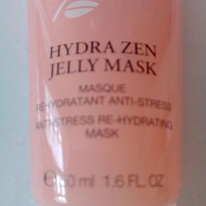 #Secondchancesummer  Lancôme Hydra Zen Jelly Mask er en beroligende og fugtgivende ansigtsmaske velegnet til selv en sensitiv hudtype. En unik anti-stress formel går aktivt ind og bekæmper tegn på stress og træthed i huden, samt giver huden en opkvikkende glød. Mange faktorer kan påvirke vores hud med stress, både miljø, udefrakommende faktorer og indefrakommende, derfor er det vigtigt at pleje og berolige vores hud på den bedste vis. Lancôme Hydra Zen Jelly Mask fugter, beroligerer og mindsker tegn på stress, den giver en rosa glød til ansigtet der giver en smuk og let teint. Allerede ved påføring vil du fornemme den beroligende virkning fra denne maske, da den lækre gele konsistens virker kølende og den har den skønneste lette rosen duft. Vågn op til en beroliget, smuk og sund hud i balance. FORDELE Fugtmaske Natmaske Anti-stress formel Beskytter huden Mindsker tegn på stress Fugter og beroliger Smuk og let teint Få en strålende og sund hud Velegnet til selv en sensitiv hudtype modtager betaler porto sender med DAO