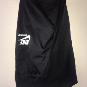 Sælger disse Nike snap on bukser da jeg aldrig har fået brugt dem. De er i fin stand og har ingen tegn på slid.  Np: 479,- Mp: 250,-  • røgfrit hjem🚭 • betaling foregår kun over MobilePay💸 • sender gerne📦 • byd endelig☺️