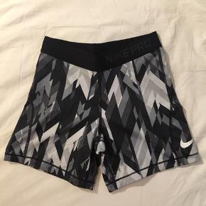 Sælger mine Nike Pro shorts. Har brugt dem nok 1-2 gange så derfor fremstår de som nye (kan også ses på billederne). Np: 300kr Str. 12-13/xs (kan både bruges af voksne og børn)   Kom med er bud💛