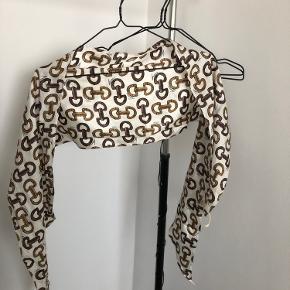 Lækkert lille sommertørklæde Ingen huller elle lign,  men mørke pletter som dog ikke ses når tørklædet er på   BYD