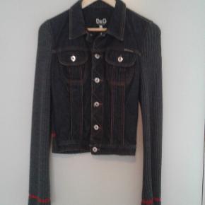 Lækker denim jakke fra D & G. Nypris = 2500 kr.  Sendes med DAO.  MobilePay foretrækkes.  Prisen er meget lav. FORHANDLES IKKE.
