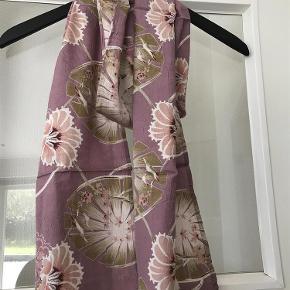 Varetype: Tørklæde helt ubrugt m. tag Størrelse: One Farve: Rosa mfl Oprindelig købspris: 199 kr. Prisen angivet er inklusiv forsendelse.  Helt nyt og ubrugt Masai Along tørklæde . Stadig i pose og med tag . Prisen er inkl DAO levering og over mobilepay og den er IKKE til forhandling .Billederne udenfor posen er af mit eget ( sælger for veninde) bare for at vise det i brug .  Bytter ikke