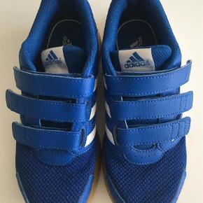 Varetype: Sneakers Farve: Blå  Fin indendørs sko fra Adidas med 3 velcrospænder.