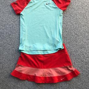 Nike tennissæt - bluse str. 146-156 og nederdel med indbyggede shorts i str. XS.  Prisidé dkk 100,00 - kom gerne med et seriøst bud :-)  Forsendelse med DAO dkk 35,95.