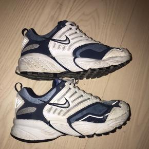Lækre vintage-nike sko! Dsv er de gået en smule i stykker foran - deraf den lave pris! Men det er ikke særlig synligt når man går i dem og det kan formentlig limes rigtig nemt🌿