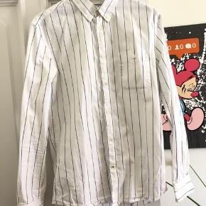 Ret lækker sommerskjorte fra det danske brand NN07. Skjorten er fra deres kollektion som havde inspiration fra sydfrankrigs gader, hvilket virkelig var en fed kollektion.