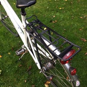 Fin sporty damecykel med dynamo lygter og monostyr.