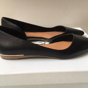 Helt nye Aldo ballarinaer . Kun prøvet på. Sælges kun, idet de er købt i forkert str . Super fine som indendørs sko.