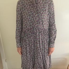 Fin kjole fra Norr med lilla blomsterprint. Vasket max 2 gange.