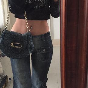 350 inkl fragt, kun i dag:-) 💚🖤💚🖤 Fantastisk smuk denim håndtaske fra Guess, købt i London   Den billige version af LV;)