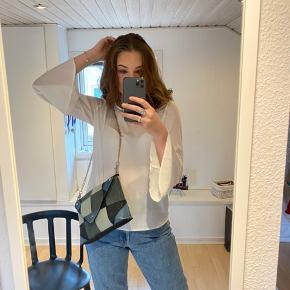 Super fin hvid trøje, hvor ærmer bliver større jo længere ned af armen man kommer (se billeder) derudover bindes den på ryggen i en stor sløjfe.