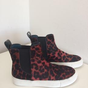 Flotteste sneakers fra By Malene Birger / skafthøjde ca. 11 cm / elastik så de er nemme at få på/nypris 2.500 kr